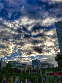 夕暮れ時、雨上がりの雲と光の写真・画像素材[1493159]