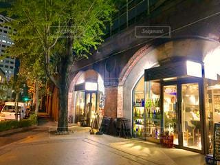 ガード下の飲食店の明かりの写真・画像素材[1493535]