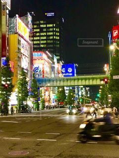 街の交差点の夜景の写真・画像素材[1509275]