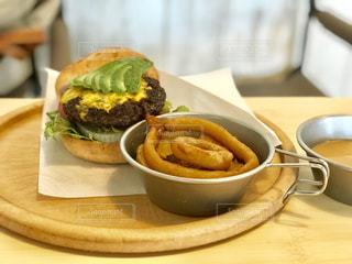テーブルの上に食べ物のプレートの写真・画像素材[1532926]
