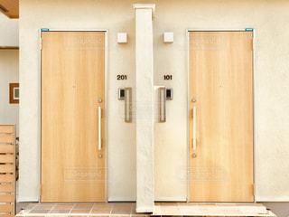 開き方がユニークなアパートの扉の写真・画像素材[1600423]