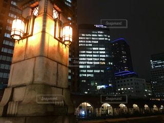 万世橋とオフィスビルの夜景の写真・画像素材[1604898]