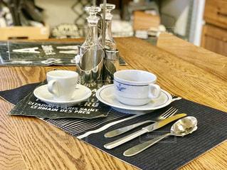 木製のテーブルの上のコーヒー カップの写真・画像素材[1608460]