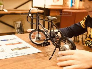 オモチャの自転車で遊ぶ子の写真・画像素材[1614584]