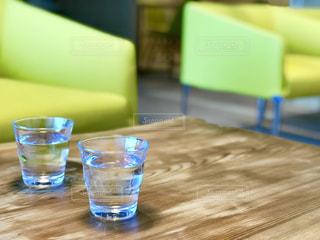 テーブルとお水の写真・画像素材[1634776]