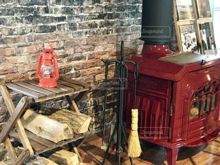 赤い薪ストーブの写真・画像素材[1689839]