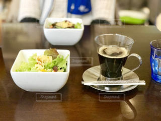 軽井沢のハルニレテラスでランチのコーヒーとサラダの写真・画像素材[1697666]