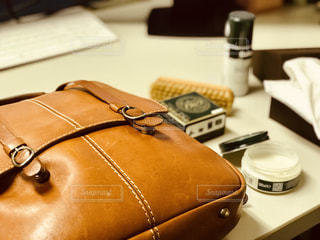革の鞄にワックスを塗ってお手入れの写真・画像素材[1714436]