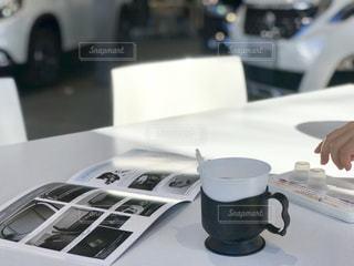 コーヒーをいただいてカタログを見ながら商談の写真・画像素材[1741224]