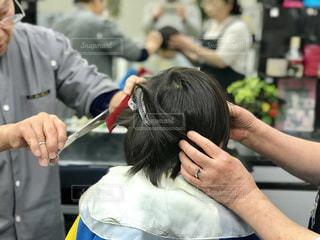 子供の散髪は頭が動くから床屋さんも慎重になります。の写真・画像素材[1751680]