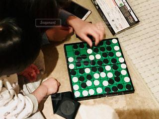 親子でオセロゲームの勝負!の写真・画像素材[1774138]