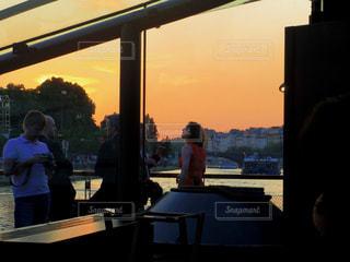 フランス、セーヌ川クルーズの夕暮れの写真・画像素材[1776683]