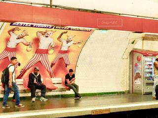 フランス  地下鉄の駅で電車を待つの写真・画像素材[1778128]