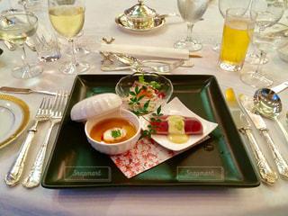 綺麗な食器と前菜の料理の写真・画像素材[1812739]