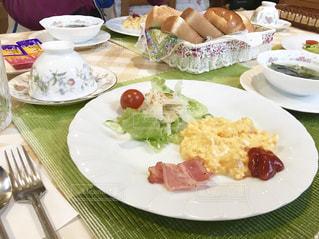 ペンションで食べる朝食。トーストとスクランブルエッグはシンプルだけど美味しい。の写真・画像素材[1824538]