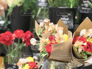 贈り物の花、どれが良いだろうか。の写真・画像素材[1842410]