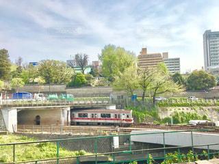 春、緑が芽吹き始めた神田川沿いの電車の風景の写真・画像素材[2044338]