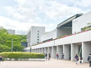 東京郊外にある大学の図書館前の写真・画像素材[2074846]