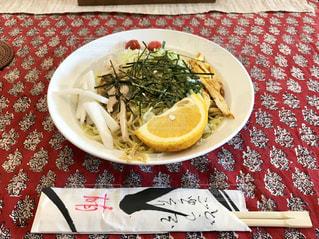 汗ばむ陽気で、ちょっと早いけど高原の森のカフェで冷し中華を食べました。の写真・画像素材[2086844]