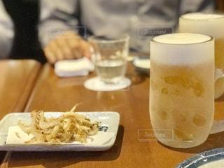 ビールと白えびの素揚げのおつまみの写真・画像素材[2129640]