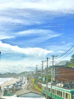 海辺を走る電車と青い空の写真・画像素材[2199928]