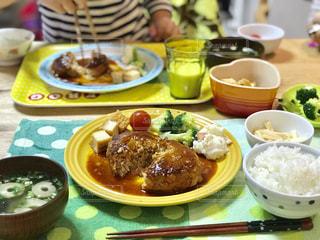 お家で食べるハンバーグの夕食の写真・画像素材[2213168]