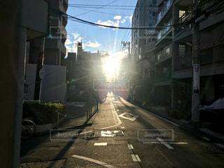 通りに差し込む夕日で道路に伸びる影の写真・画像素材[2221914]