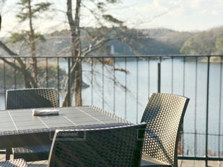 柔らかな午後の日差しが反射する湖面を望むテラスのカフェの写真・画像素材[2243114]