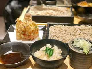 かき揚げ天ぷらと蒸籠蕎麦の御膳の写真・画像素材[2246890]