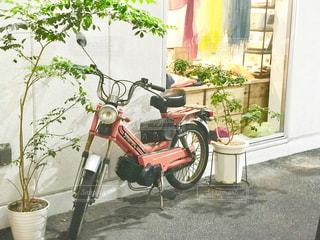 赤いスクーターの写真・画像素材[2251081]