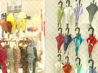 色とりどりの可愛い傘がたくさん壁に飾られていました。の写真・画像素材[2251094]