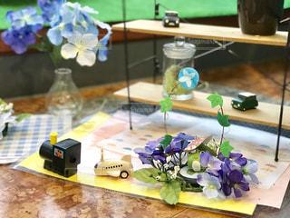 紫陽花と朝顔の飾りでしょうか? カエルが花の間からのぞいています。の写真・画像素材[2267350]