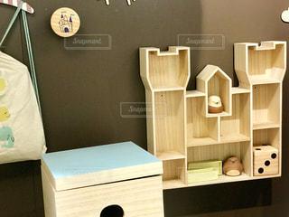 子供部屋の壁の棚の写真・画像素材[2294196]