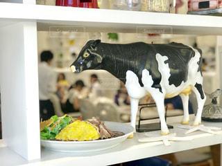 オムライスのカフェで見つけた牛の置物の写真・画像素材[2321314]