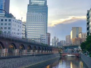 秋葉原の万世橋からトワイライトの神田川を眺めての写真・画像素材[2341824]