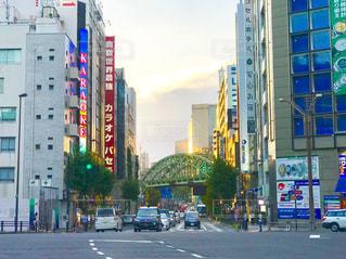 夕日が差し込む秋葉原の通りの写真・画像素材[2357049]