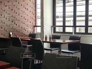 窓とテーブルの写真・画像素材[2389570]