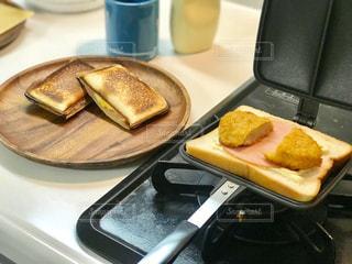 ホットサンドメーカーで朝ご飯を用意の写真・画像素材[2451389]