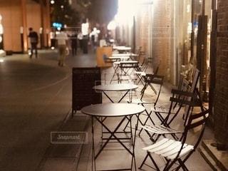 高架下のお店のテラス席の写真・画像素材[2490073]