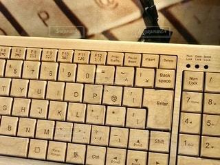 木でできたキーボードを見かけました。の写真・画像素材[2491203]