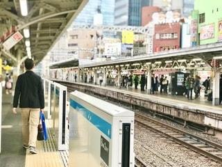 神田駅の京浜東北線側にホームドアが付いたようですの写真・画像素材[2615971]