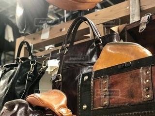 皮の鞄が積まれた棚の写真・画像素材[2650867]