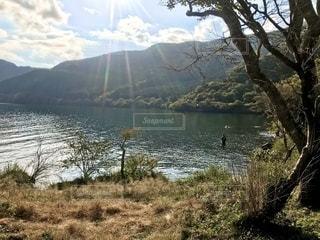 芦ノ湖の日差しと水面の写真・画像素材[2692574]
