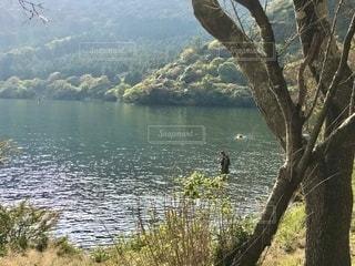 水面に立つ釣り人の写真・画像素材[2692578]
