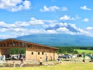 ふもとっぱらキャンプ場から見る富士山。人物が判別されないように焦点加工をしています。の写真・画像素材[2724440]