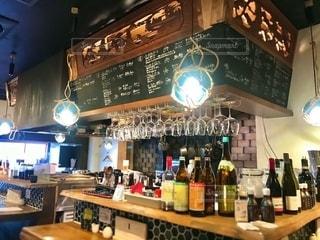 居酒屋でランチ。カウンターの風景を撮ってみました。お酒のラベルはコツコツ消しています。の写真・画像素材[2738763]