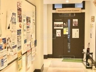 大学構内、廊下の掲示板と教室の扉の写真・画像素材[2742475]