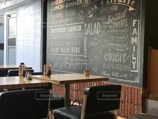 カフェの壁とテーブルの写真・画像素材[2744690]