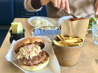 国立で贅沢ハンバーガーとフライドポテトのランチの写真・画像素材[2816510]