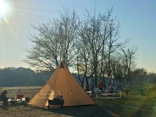 テントと焚き火と冬の日差しの写真・画像素材[2844626]